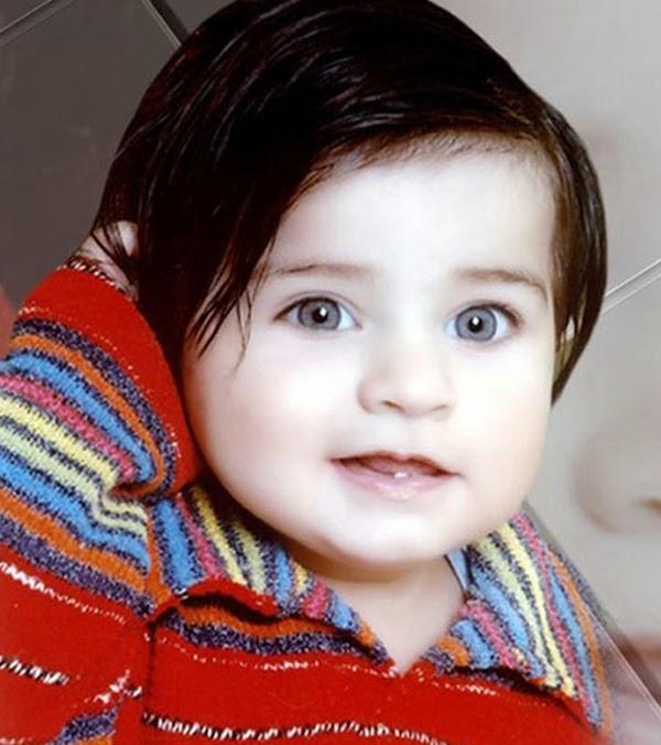 صورة طفل بعيون زرقاء ووجه ابيض ضاحك